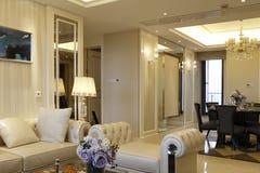 Nowożytny modny siedzący pokój w mieszkaniu Zdjęcie Royalty Free