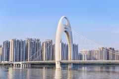 Nowożytny most w Zhujiang rzece i nowożytnym budynku pieniężny Zdjęcia Royalty Free