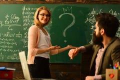 Nowożytny nauczyciela modnisia writing na dużym blackboard z matematyki formułą, nauczyciel szanuje uczni, Uśmiechnięci dorosli u obrazy stock