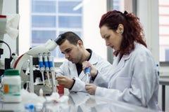Nowożytny naukowiec pracuje z pipetą w biotechnologii laborator Zdjęcie Royalty Free