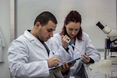 Nowożytny naukowiec pracuje z pipetą w biotechnologii laborator Fotografia Royalty Free
