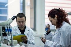 Nowożytny naukowiec pracuje z pipetą w biotechnologii laborator Obrazy Royalty Free