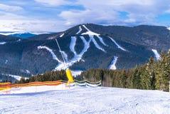 nowożytny ośrodek narciarski w Karpackich górach, Ukraina Śnieżni narta ślada i halni szczyty obraz stock