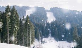 nowożytny ośrodek narciarski w Karpackich górach, Ukraina Śnieżyści narciarscy skłony na halnych skłonach zdjęcie royalty free