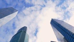 Nowożytny odzwierciedlający budynek i szybkie poruszające biel chmury na niebieskim niebie zbiory wideo