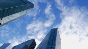Nowożytny odzwierciedlający budynek i szybkie poruszające biel chmury na niebieskim niebie zdjęcie wideo