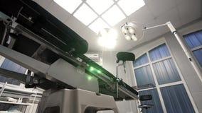 Nowożytny operacyjny stół zmienia skłon w nowożytnym szpitalu zdjęcie wideo