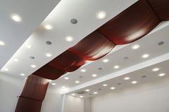 Nowożytny płatowaty sufit z wbitymi światłami i czerwonym płótnem obrazy royalty free