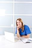 nowożytny pielęgniarki biura główkowanie Zdjęcia Royalty Free