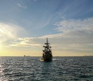 Nowożytny pirata statek przekształcać w sklep z kawą, przewiezeni ludzie w morzu fotografia stock