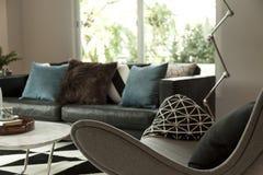 Nowożytny pokój dzienny z kanapą obraz stock