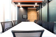 Nowożytny pokój konferencyjny z drewnianymi ścianami i wielkimi okno fotografia stock