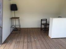 Nowożytny pokój z drewnianym krzesłem i lampą Zdjęcia Stock