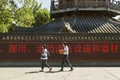 Nowożytny pokaz przy ścianą Buddyjska świątynia w Szanghaj fotografia stock