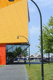 Nowożytny pomarańcze i koloru żółtego budynek w Lelystad Obrazy Royalty Free