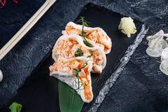 Nowożytny porcja przegrzebka winnik z avocado w ryżowych układach scalonych zdrowa ?ywno?? owoce morza surowy surowy przegrzebek  fotografia royalty free