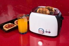 Nowożytny projekt chlebowy opiekacz w czerwonym kuchennym wnętrzu Fotografia Royalty Free