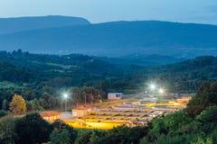 Nowożytny przemysłowy wastewater zakład przeróbki przy nocą w Górzystym regionie widok z lotu ptaka zdjęcia royalty free