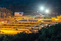 Nowożytny przemysłowy wastewater zakład przeróbki przy nocą Widok z lotu ptaka kanalizacyjni puryfikacja zbiorniki fotografia stock