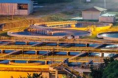 Nowożytny przemysłowy wastewater zakład przeróbki przy nocą Widok z lotu ptaka kanalizacyjni puryfikacja zbiorniki obrazy stock