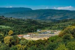 Nowożytny przemysłowy wastewater zakład przeróbki w górzystym regionie widok z lotu ptaka obraz royalty free