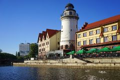 Nowożytny punkt zwrotny miasto z budynkami w starym stylu na bankach Pregolya rzeka i latarnią morską obrazy royalty free