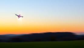 Nowożytny RC UAV truteń, Quadcopter z kamery lataniem na jasnym s/ Obraz Royalty Free