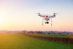 Nowożytny RC UAV truteń, Quadcopter z kamery lataniem na jasnym s/ Fotografia Stock