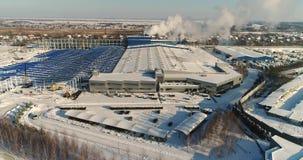 Nowożytny reklama budynek, fabryka powierzchowność, budynek fasada i samochodu parking lub, nowożytna roślina lub fabryka, zbiory