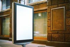 Nowożytny reklama stojak blisko starego budynku obrazy stock