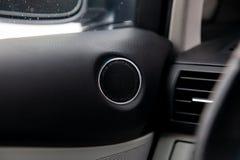 Nowożytny round mówca w czarnym kolorze na drzwi wśrodku samochodowego wnętrza, okrąg dynamika z chromów elementami w projekcie n obrazy stock