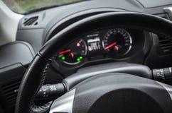 Nowożytny samochodowy wnętrze, kierownica Zdjęcia Royalty Free
