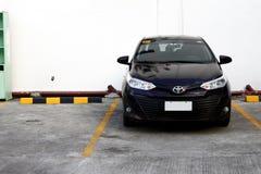 Nowożytny sedanu samochód zajmuje parking szczelinę przy jawnym parking terenem fotografia royalty free