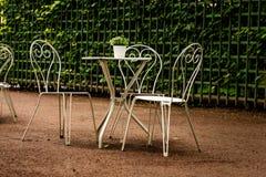 Nowożytny set biel stoły w Parkowej kawiarni w deszczu zdjęcie royalty free