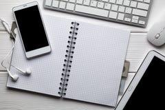 Nowożytny smartphone, słuchawki, mysz, klawiatura i notatnik, pastylki i komputeru, zdjęcia royalty free