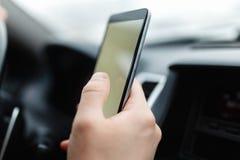 Nowożytny smartphone z pustym ekranem z kopii przestrzenią dla twój teksta projekta lub, zakończenie męski kierowca wręcza używać obrazy stock