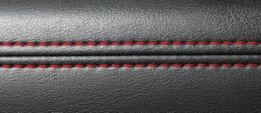 Nowożytny sportowego samochodu czerni skóry wnętrze Część rzemienni samochodowego siedzenia szczegóły z czerwonym zaszywaniem Sam zdjęcie stock
