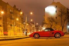 Nowożytny sportowy samochód w nocy mieście Fotografia Royalty Free