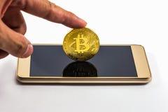 Nowożytny sposób wymiana i bitcoin jest dogodnym zapłatą w glob Zdjęcie Stock
