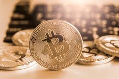 Nowożytny sposób wymiana i bitcoin jest dogodnym zapłatą w glob Obrazy Royalty Free