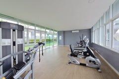 Nowożytny sprawności fizycznej centrum wewnętrzny projekt, luksusowy Gym Zdjęcia Stock