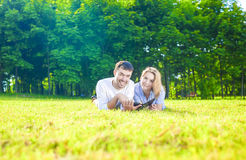 Nowożytny styl życia i pomysły: Kaukaski Szczęśliwy pary lying on the beach na Gras obraz stock