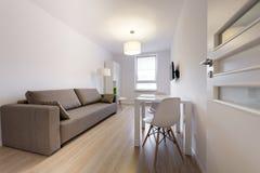 Nowożytny sypialnego pokoju wewnętrzny projekt w scandinavian stylu Fotografia Royalty Free