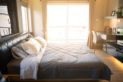 Nowożytny sypialni wnętrze z ciepłym światłem od słońca Relaksuje dzień w sypialni na bezpłatnym dniu Czuć relaksuje i czujący ci Fotografia Stock