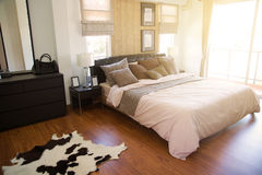 Nowożytny sypialni wnętrze z ciepłym światłem od słońca Relaksuje dzień w sypialni na bezpłatnym dniu Czuć relaksuje i czujący ci Obrazy Royalty Free