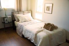 Nowożytny sypialni wnętrze z ciepłym światłem od słońca Relaksuje dzień w sypialni na bezpłatnym dniu Czuć relaksuje i czujący ci Zdjęcie Royalty Free