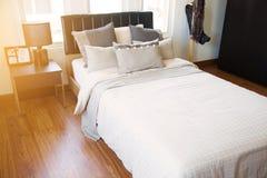 Nowożytny sypialni wnętrze z ciepłym światłem od słońca Relaksuje dzień w sypialni na bezpłatnym dniu Czuć relaksuje i czujący ci Obraz Stock