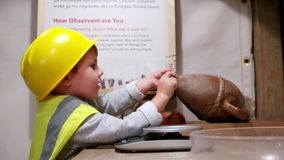 Nowożytny system edukacji, dzieci bawią się archeolog, ważenia, eksperyment i sztuka artefakty, opóźnione metody zdjęcie wideo