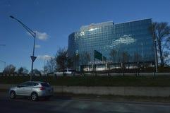 Nowożytny szklany budynek wewnątrz z drogowy widocznym w przedpolu obrazy royalty free
