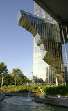 Nowożytny szklany budynek z fontanną Obrazy Royalty Free